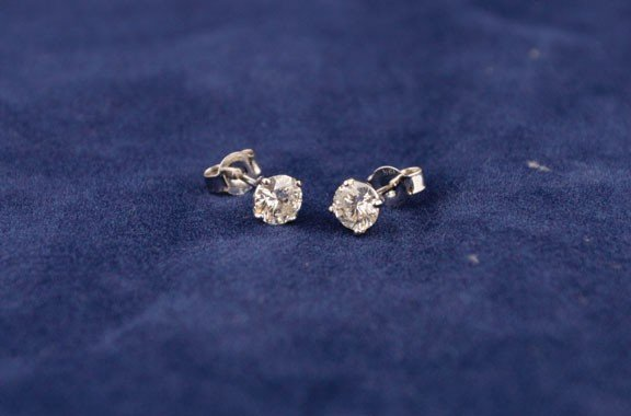 10: 18ct white gold four claw studs
