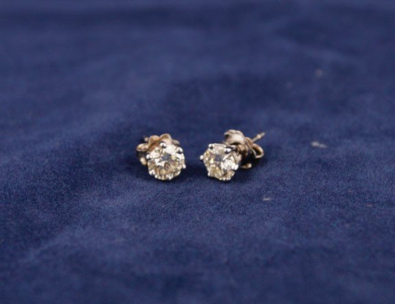 11: 18ct white gold six claw studs