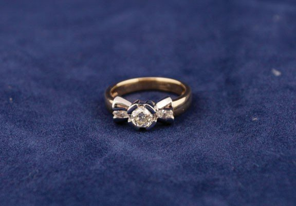 13: 18ct  tanzanite bow ring