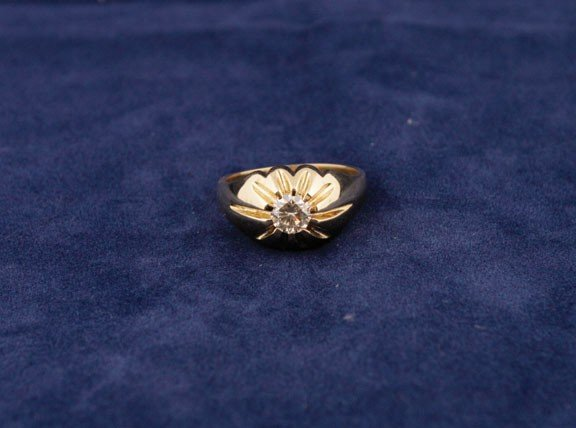 23: 18ct yellow gold gent's ring