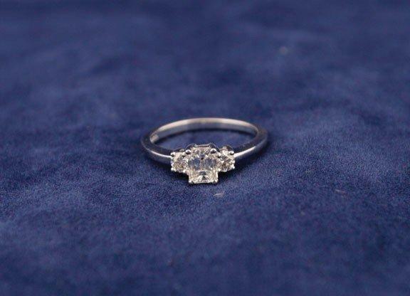 25: 18ct white gold ring