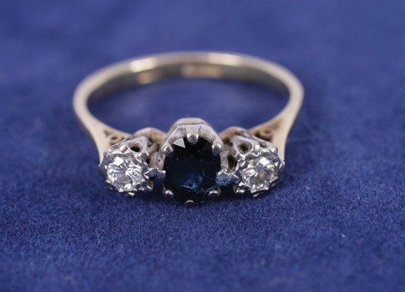 8: Diamond and sapphire gold ring