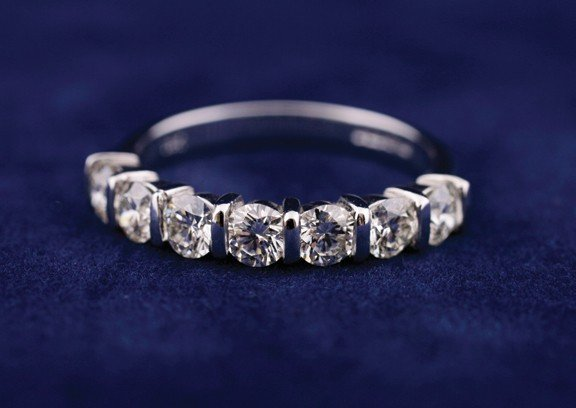 18 ct. white gold seven stone bar-set half-hoop ring