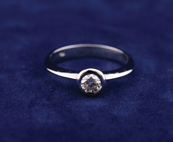 18 ct. white gold ring