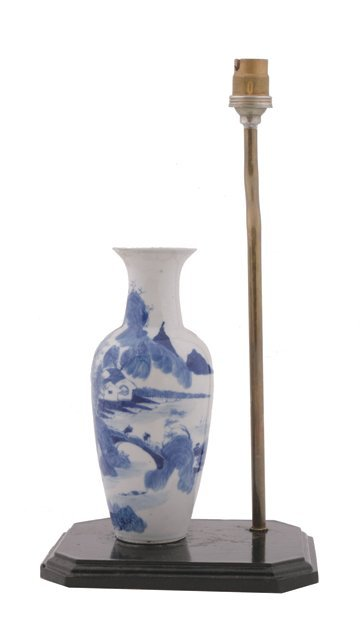 662: Chinese Qing dynasty blue and white vase