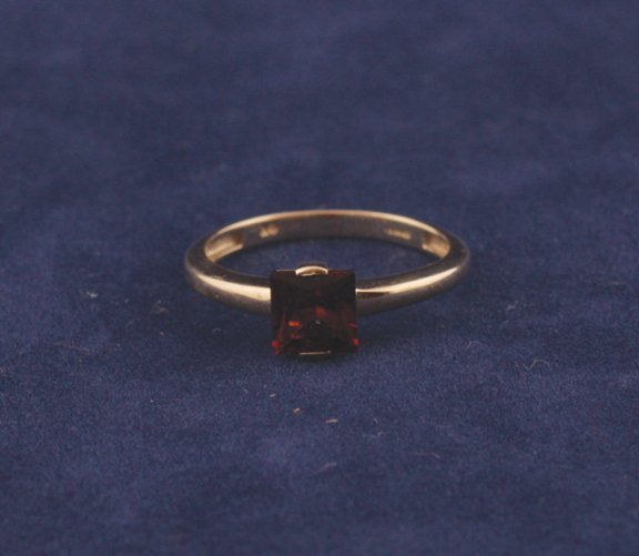 9: 9 ct. gold solitaire garnet ring