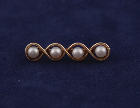 21: 18 ct. gold and pearl brooch