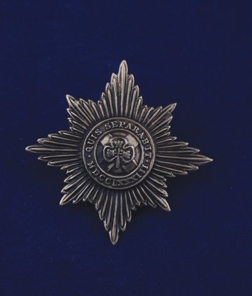 565: Irish Guards cap badge