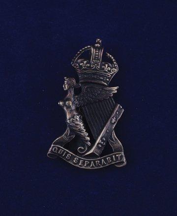 571: Royal Irish Rifles cap badge