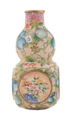 Chinese Qing Dynasty enamelled snuff bottle