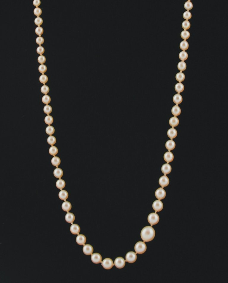 Graduated cultured pearl necklace