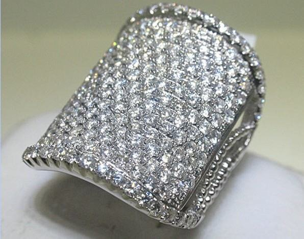 200118: 18K GOLD DIAMOND RING