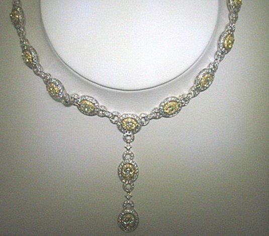 300181: 18K GOLD DIAMOND NECKLACE