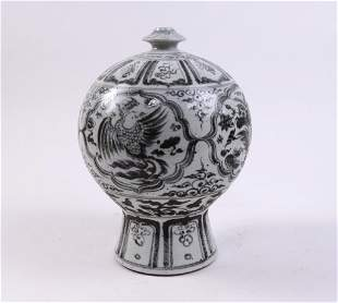 UNUSUAL CHINESE BLUE AND WHITE VASE