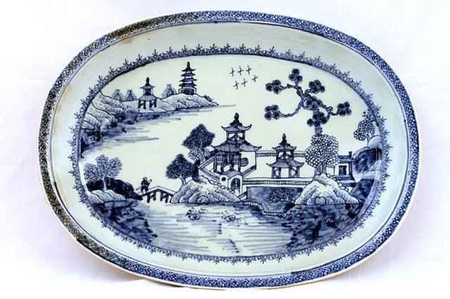 11: CHINESE BLUE AND WHITE SHALLOW DISH, 19TH CENTURY