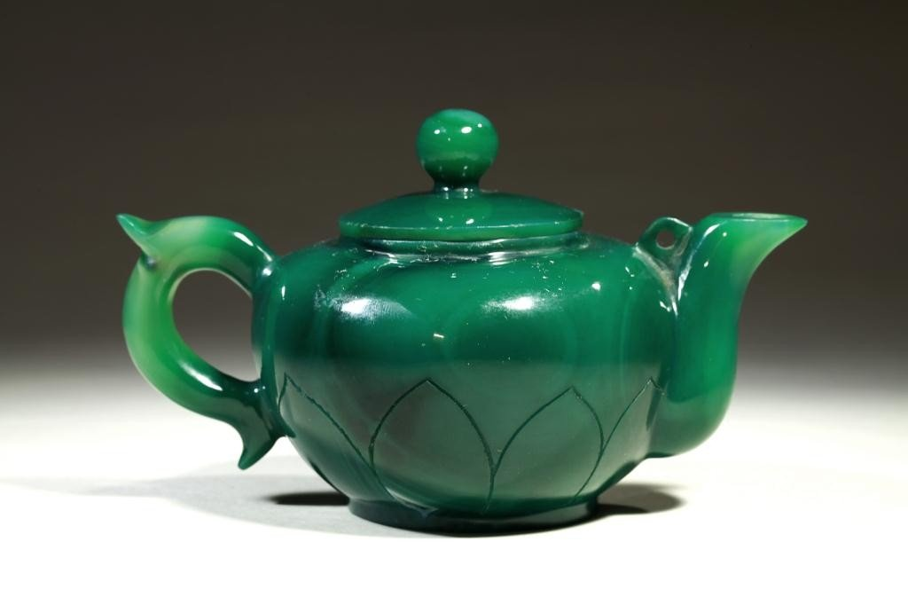 8: CHINESE GREEN GROUND PEKING GLASS TEAPOT