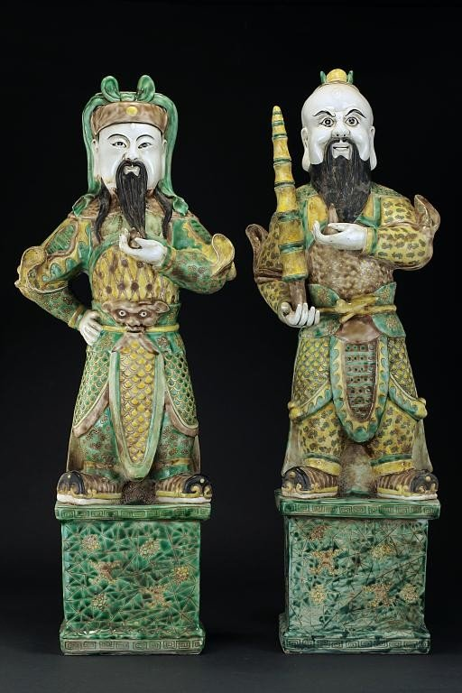 16: TWO CHINESE FAMILLE VERTE FIGURES OF SOLDIERS