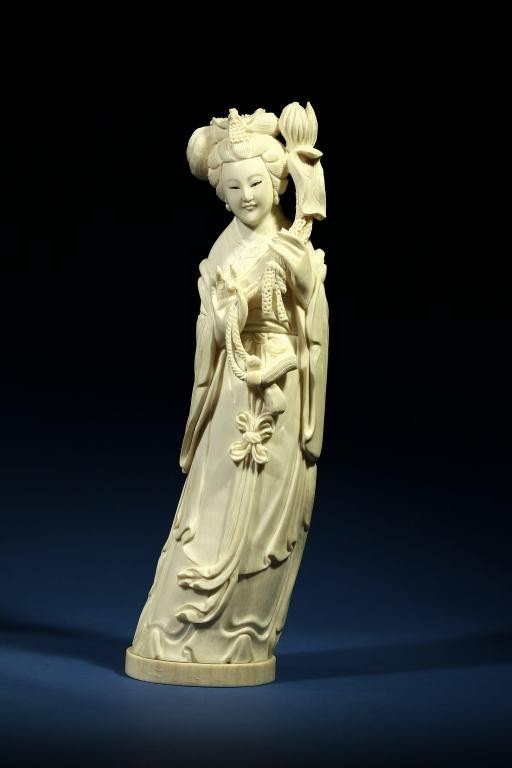 1A: CHINESE CARVED IVORY FIGURE OF AN ELEGANT BEAUTY