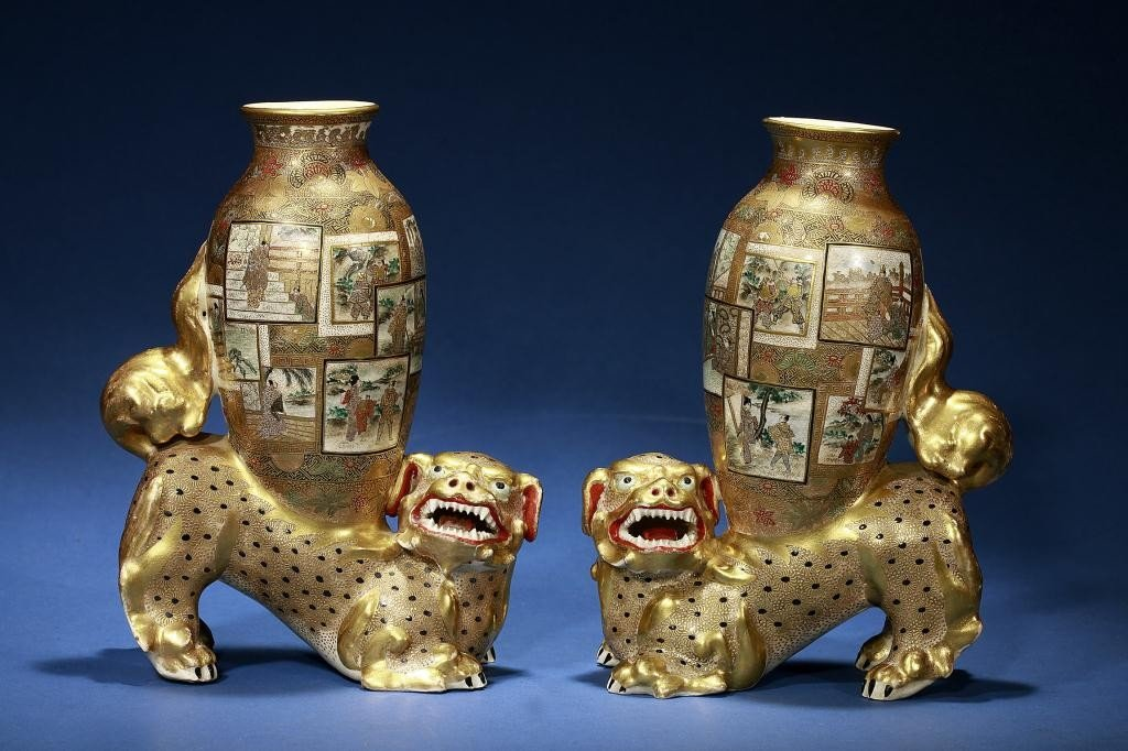 14: PAIR OF SATSUMA VASES ON A FOO DOG
