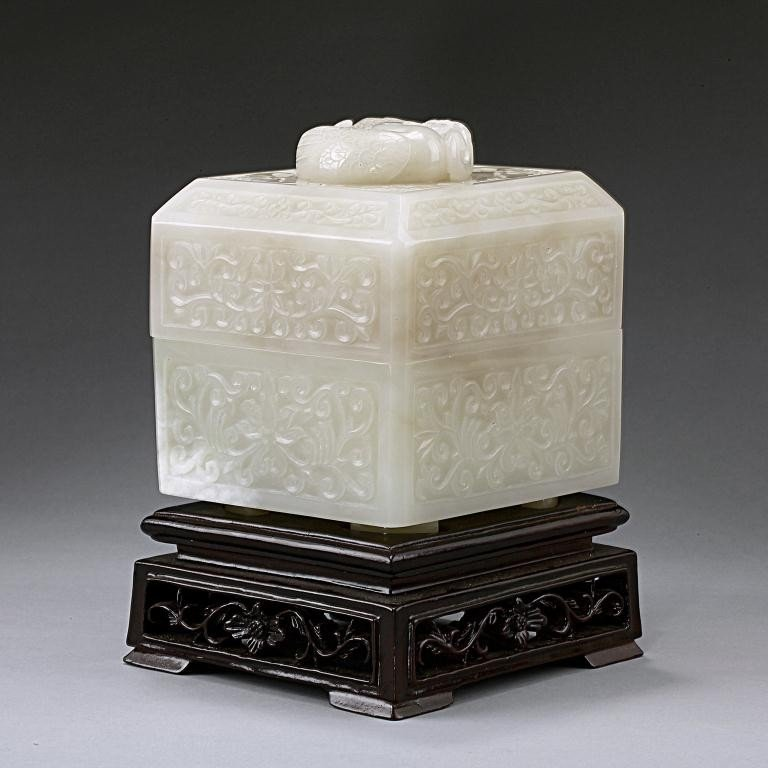 15: EXQUISITE ANTIQUE CHINESE WHITE JADE BOX AND COVER