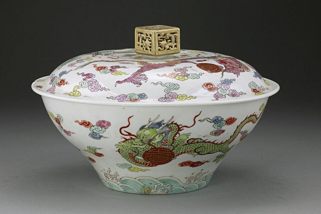 19:ANTIQUE CHINESE FAMILLE ROSE 'DRAGON' BOWL AND COVER