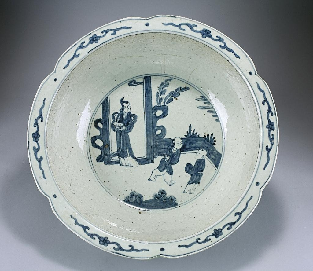9: ANTIQUE CHINESE BLUE AND  WHITE BASIN