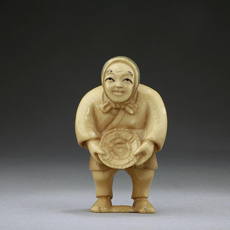 20: JAPANESE CARVED IVORY FIGURE OF A WOMAN