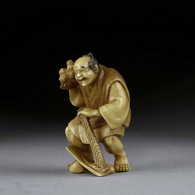 22: ANTIQUE JAPANESE CARVED IVORY NETSUKE OF A MAN