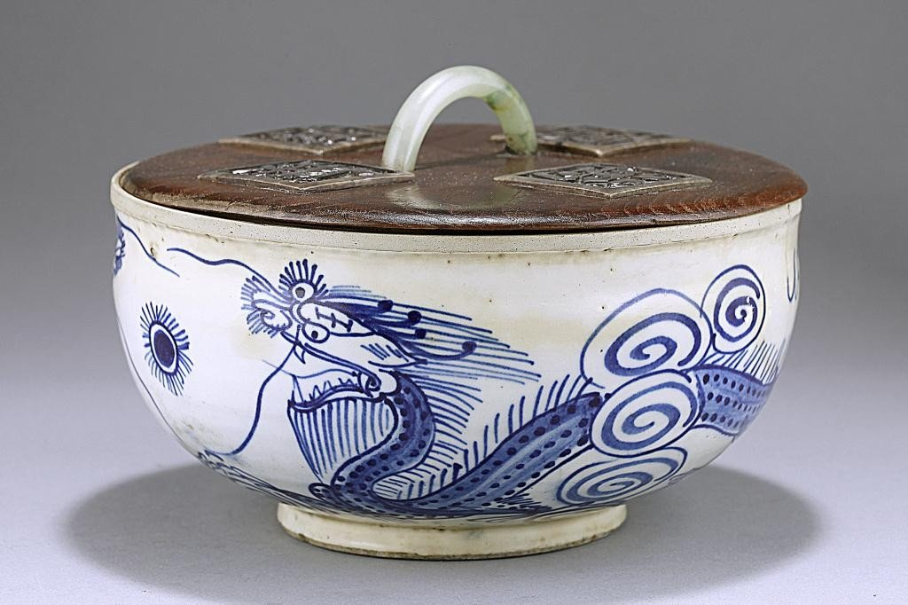 121: ANTIQUE KOREAN BLUE AND WHITE LIDDED BOWL