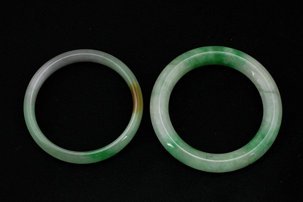 130: SET OF TWO CHINESE JADE BANGLES