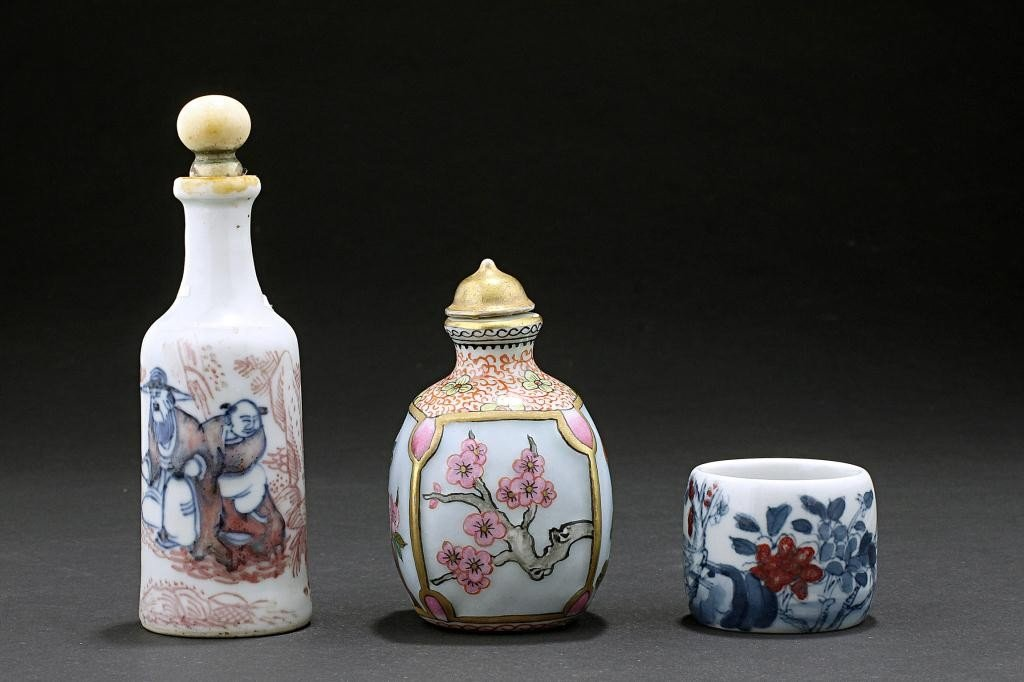 135: ASSORTED CHINESE FAMILLE ROSE SNUFF BOTTLES