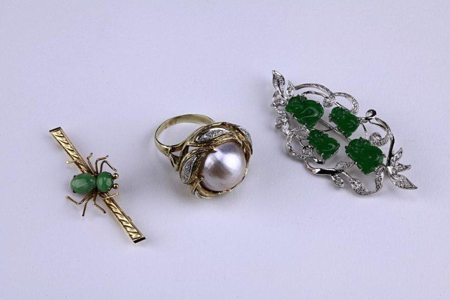 4: A PEARL COCKTAIL RING AND TWO BROOCHES