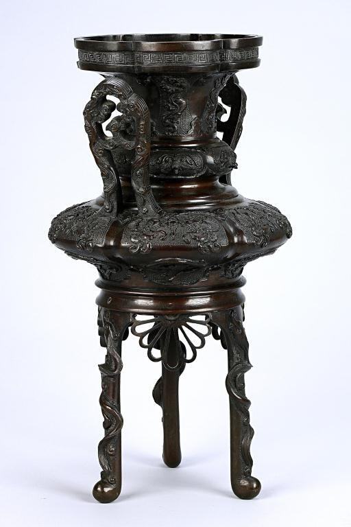 7: MAGNIFICENT JAPANESE TRIPOD VASE WITH HANDLES