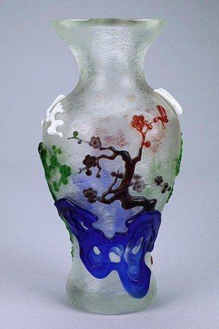 CHINESE PEKING GLASS AND MULTICOLORED OVERLAY VASE