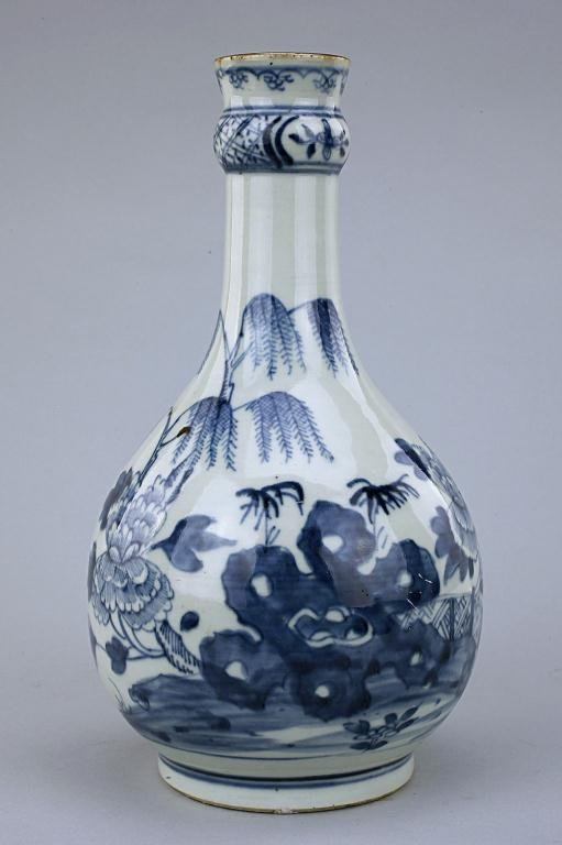ANTIQUE CHINESE BLUE AND WHITE PEAR SHAPE VASE