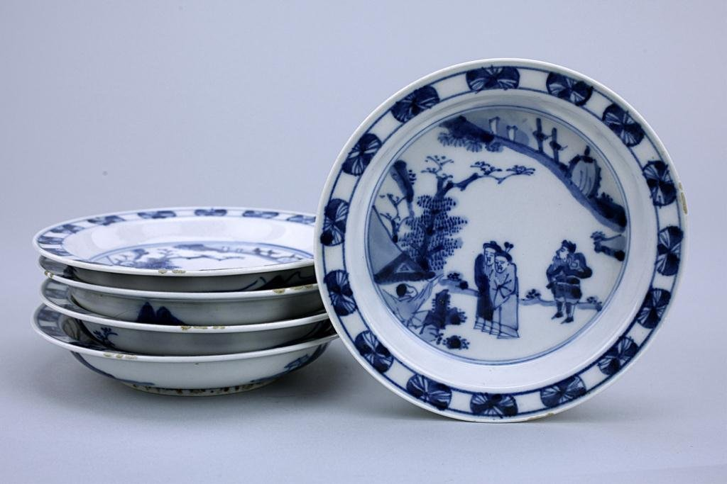 FIVE SMALL JAPANESE IMARI BLUE AND WHITE DISHES