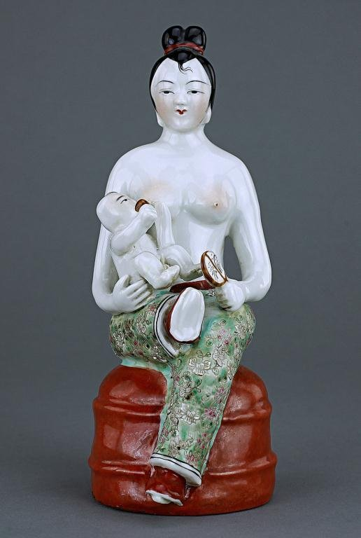 CHINESE FIGURAL GROUP, OF A MOTHER NURSING A BABY