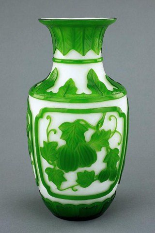 20: WHITE AND SPINACH GREEN PEKING GLASS VASE