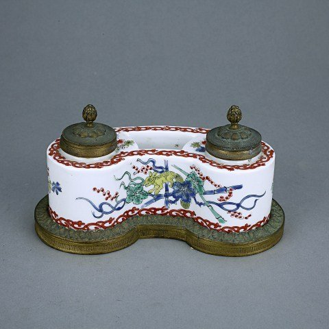 19TH CENTURY CHINESE PORCELAIN INKWELL