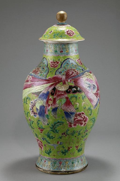 9: CHINESE FAMILLE ROSE GREEN GROUND LIDDED JAR