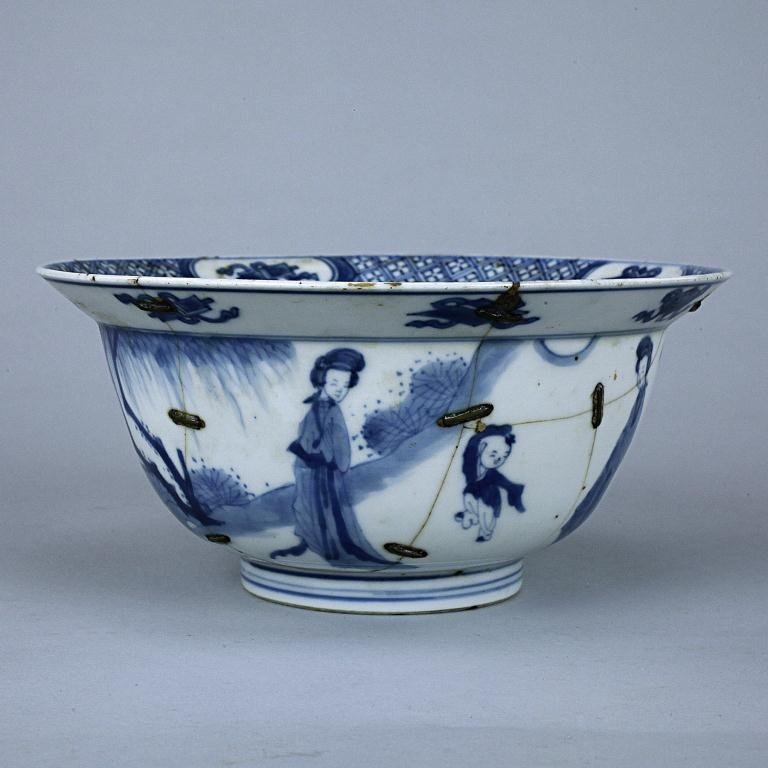 22: ANTIQUE 18TH CENTURY CHINESE BLUE AND WHITE BOWL