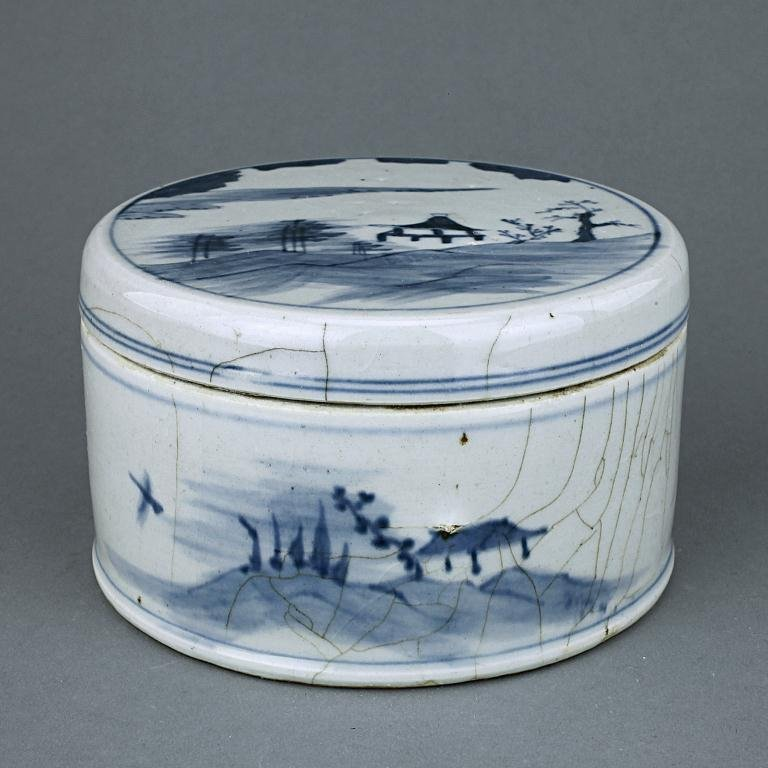 23: CHINESE BLUE AND WHITE ROUND BOX WITH COVER