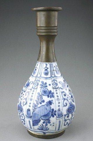 ANTIQUE CHINESE BLUE AND WHITE BOTTLENECK VASE