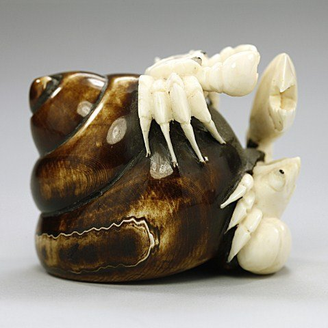 ANTIQUE JAPANESE CARVED IVORY NETSUKE