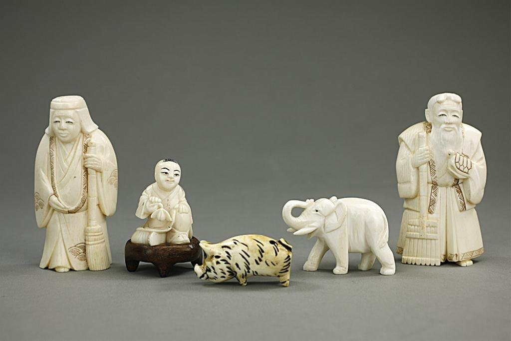 GROUP OF SMALL IVORY FIGURES