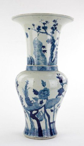 CHINESE KANGXI PERIOD-LIKE BLUE AND WHITE VASE