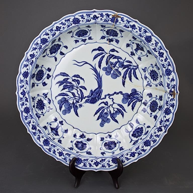 CHINESE BLUE AND WHITE FOLIATE RIM CHARGER