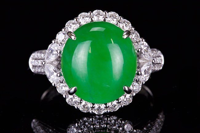 A HIGH QUALITY JADEITE DIAMOND RING