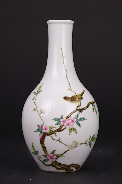 SMALL CHINESE FAMILLE ROSE BOTTLENECK VASE