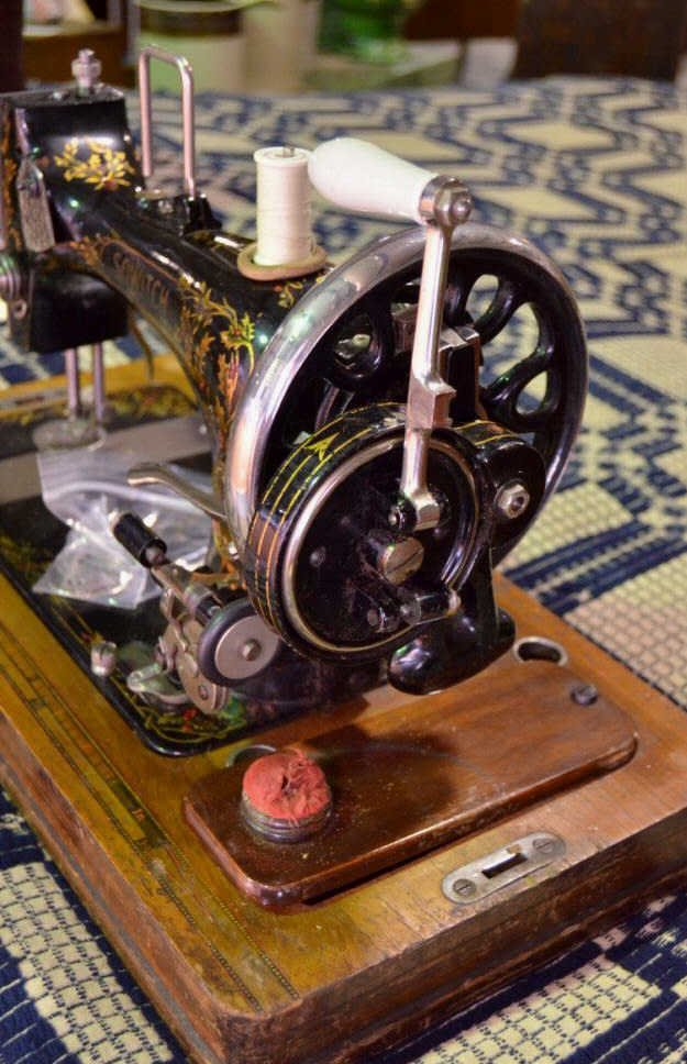 Sowitch Antique Sewing Machine - 4
